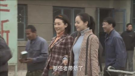 俩美女穿牛仔裤上班,厂里的男同志直夸好看,看的眼睛都直了
