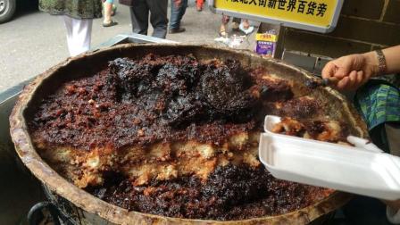 旅游时那些被嫌弃的路边摊美食, 当地人都排队购买, 游客却不懂!