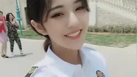 在警察学院看到一个超级漂亮的小姐姐, 她一笑我仿佛恋爱了。