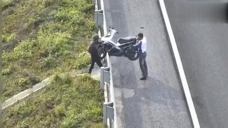 两男子骑摩托车上高速, 突然想中途下去, 监控拍下了这样的一幕