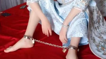 新婚当天, 新娘被带上了一副脚镣! 求新郎的心理阴影面积!