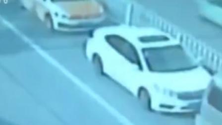火龙果传媒 第一季 早高峰女子当街弃车而去: 叫不醒朋友车没油