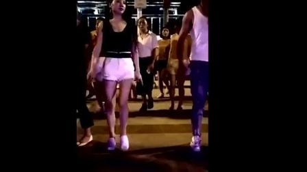 广场舞新女神 不错主要还是旁边男同志跳的好 真叫人喜欢!