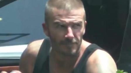 贝克汉姆酒店度假秀肌肉 头顶发量稀疏成亮点 当年的男神哪去了!