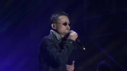 李健演唱《传奇》唱到一半, 马云突然上台, 现场一下沸腾了