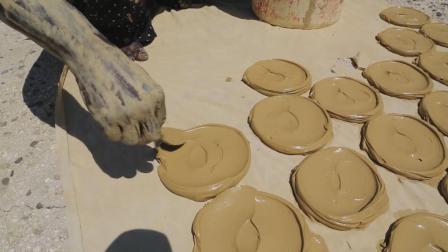"""非洲人最爱的美食, 靠黄泥做的""""泥饼""""充饥, 看完在中国还是幸福"""