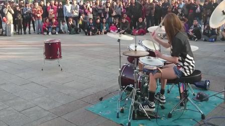 这个街头架子鼓表演吸引了一百多人驻足欣赏, 曼青在台湾太火了