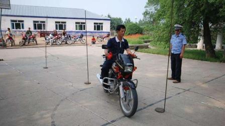 摩托车驾驶证多难考? 看完科目二绕杆测试才知道, 难倒一堆老司机