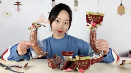 """妹子试吃""""哈尔滨红肠"""", 比香肠好吃多了, 咬一口里面全是肉"""