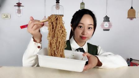 """妹子挑战""""日本大胃王拌面"""", 大胃王吃的泡面, 一份到底有多大?"""