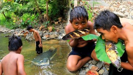 野外河里捉鱼, 岸上生火烤着吃, 这就是农村男孩渴望已久的美食了