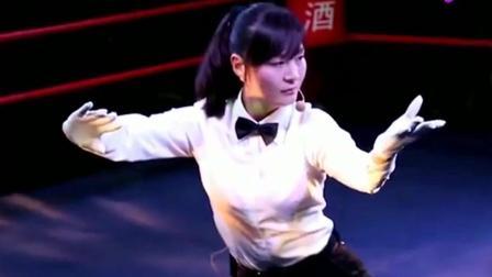 女裁判在擂台上表演陈氏太极拳, 柔中带刚, 台下观众都拍手叫好!