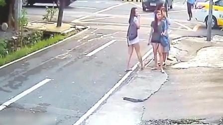 女大学生正在路边聊天 监控拍下荒唐的一幕!