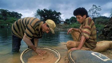 """世界上最""""贵""""的河流, 当地政府允许淘金者来淘金, 但是只能带走黄金"""