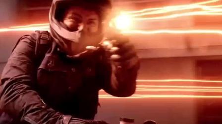 以为机枪会对闪电侠有用? 连摩托车都给拆了!