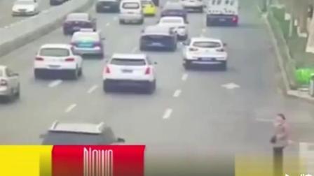 女子车流中穿行闯红灯 引发一起搞笑车祸!