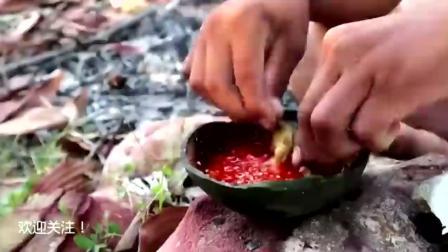 熊孩子没去捕鱼, 看他在河里找到了什么美味, 用火烤着吃看来不错