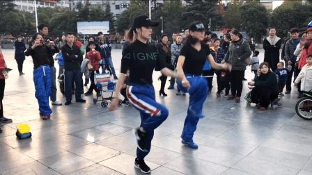 广场最新鬼步舞双人齐舞 这两个大妹子跳的牛了超多人围观