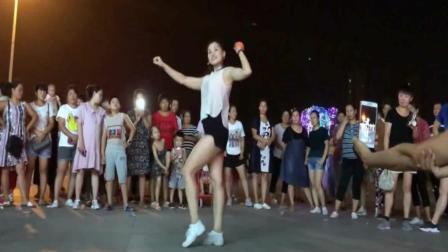 80后辣妈晚上广场尬舞看呆路人, 舞步太可爱了