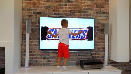 熊孩子们这是有特异功能呀! 电视里的零食都能拿出来, 厉害啊!