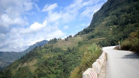 实拍云南大山里的盘山公路, 一路上的风景美不胜收, 让人流连忘返