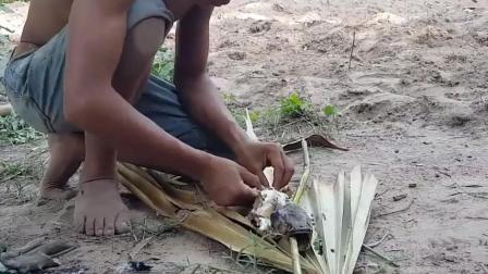 乡村小表弟 自己在野外烤鱼吃 一个人吃一整条太过瘾了!
