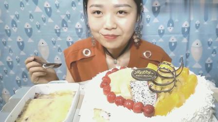 美女25岁生日吃12寸白巧克力奶油大蛋糕, 网友: 好看肯定又好吃