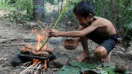 农村小屁孩一人在野外烤排骨, 直接放在石板上煎着吃, 看着都流口水
