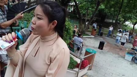 街头艺人芯妮公园里演唱《走天涯》, 这歌声真是太棒太好听了