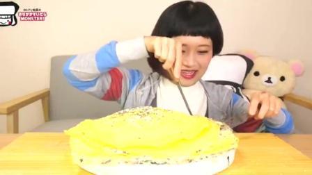 """日本大胃王自制""""拿破仑蛋糕""""一口吃一大块, 真美味"""