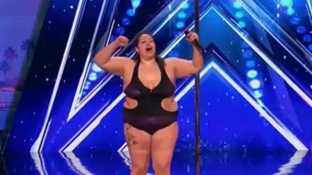 美国达人秀: 女子大秀钢管舞, 画面太美了, 我都