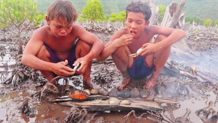 河蚌怎么吃才好吃? 看农村兄弟捡来十几个, 大火烤着吃, 一样很香
