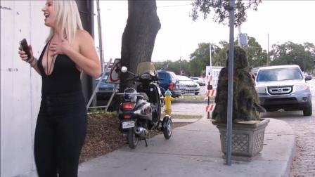 吉利服系列: 小伙穿吉利服, 大街上直接吓唬美女路人, 看看路人什么反应