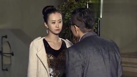 美女对着老公一脸嫌弃, 转眼就抱着另一男人亲, 真是太不要脸