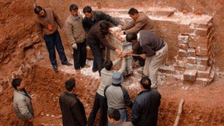 朱元璋儿子墓被盗9次, 考古队进去后却大笑, 估价两个瓶子至少5亿
