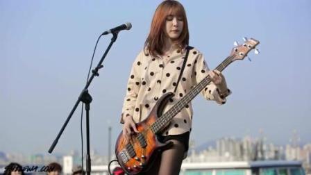 抖音一夜走红的韩国美女智仁, 贝斯弹奏《夜空中最亮的星》, 被网友疯狂转发!