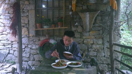 隐居深山, 小伙用竹子制作衣架, 干完活就在小院炒个回锅肉当晚餐
