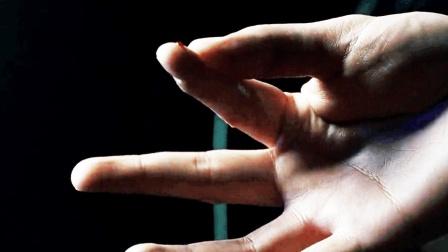 男子被一块外形金属划破了手指, 第二天睡醒已经不是正常人