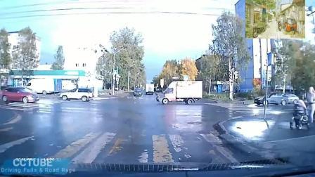 外国妈妈推着婴儿车过马路, 几米外两车相撞了, 佩服妈妈的淡定!