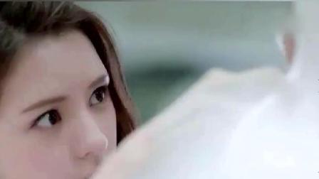 女子超市买水 手痒给广告牌化了个妆 结果结账时懵了!