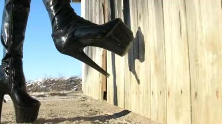 外国美女穿18cm长筒靴走在雪地上