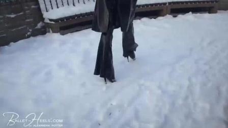 外国性感美女穿18cm的驴蹄高跟鞋走在雪地里, 走的好稳