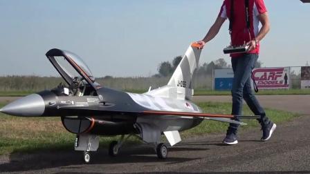 造价不菲的战斗机航模, 性能十分强大, 特技飞行看着真过瘾