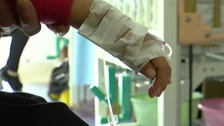 生死时速! 1岁多男童突发疾病, 昏迷不醒, 交警3分多钟开道送医