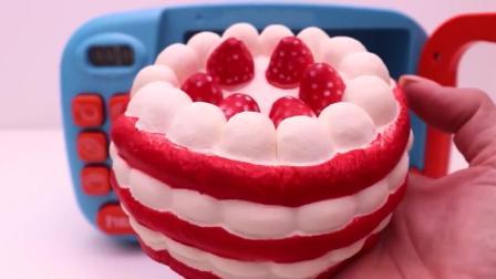 手工玩具: 用水果和奶油来制作一个草莓蛋糕