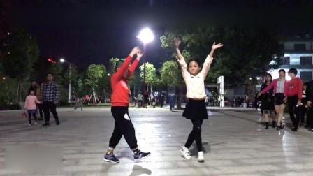 搞笑了! 2小孩跳广场舞《拉萨夜雨》, 这舞姿形态