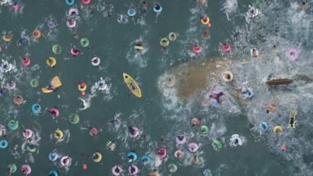 看似平静的海面, 却隐藏一条30米长大鲨鱼, 游客不知, 继续嬉戏!