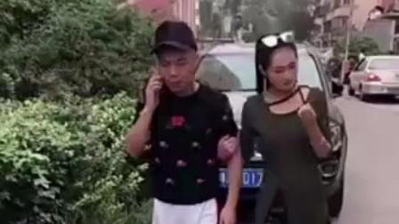 男子接电话的表情太逗了, 在一旁的媳妇都急眼了, 哈哈哈