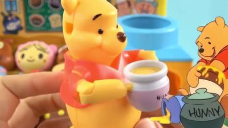 玩具益趣园: 小熊维尼好可爱呀, 走到哪里都不会忘记拿它的蜂蜜罐!