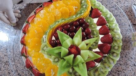 这位大厨把各种水果雕刻成精美的形状, 摆出美丽的水果拼盘